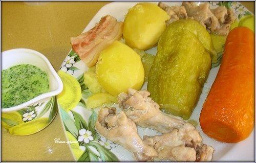 Delicioso y sano guiso de jamoncitos de pollo con verduras, escaldón de gofio y mojo verde.