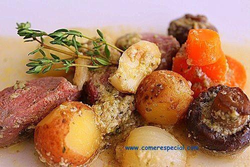 Sabroso guiso de carne de ciervo con verduras y patatas