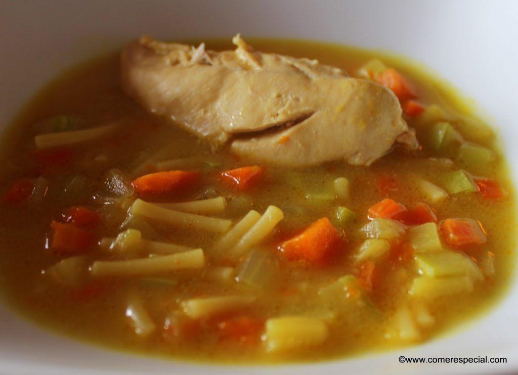 Receta de sopa casera con solomillos de pollo, verduras, fideos gruesos y caldo casero.