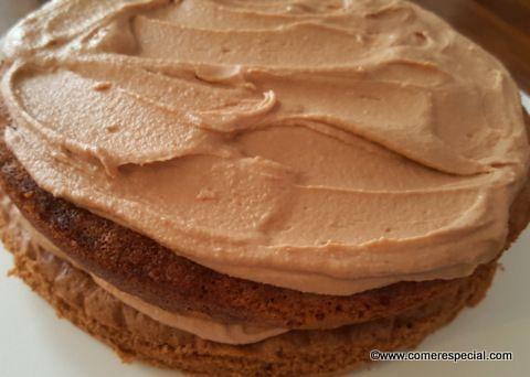 Deliciosa y jugosa tarta de chocolate con crema de café, bizcocho genovés