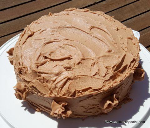 Bizcocho genovés de chocolate con buttercream de café expreso