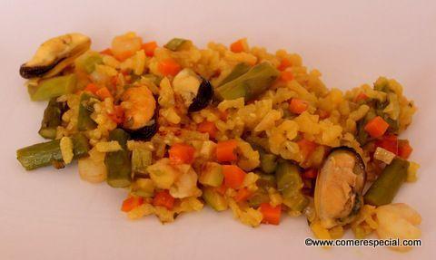 Arroz amarillo con verduras variadas, gambas peladas y mejillones sin concha