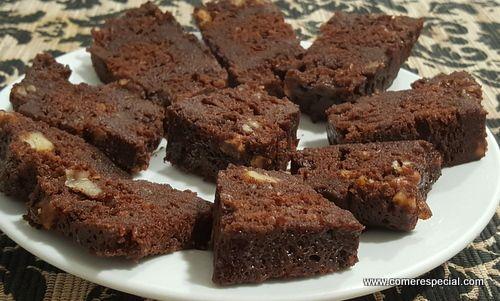 Brownie de chocolate y nueces sin harina ni lactosa en microondas