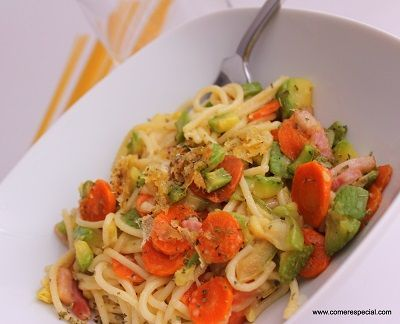 Espaguetis con verduras y queso gratinado sin lactosa