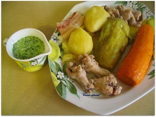 Guiso de verduras con pollo, mojo canario y escaldón de gofio con tocino