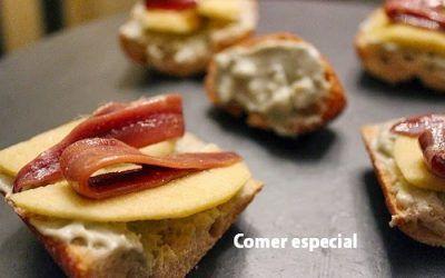 Tosta de queso azul con manzana y anchoas