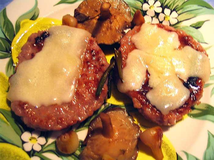Hamburguesa de pollo y cerdo con queso de cabra