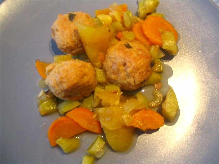 Guiso de albóndigas de soja con verduras y manzana