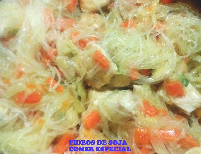 Fideos de soja con verduras y pechuga de pavo