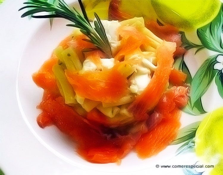 Timbal de pasta con salmón, verduras y queso de cabra