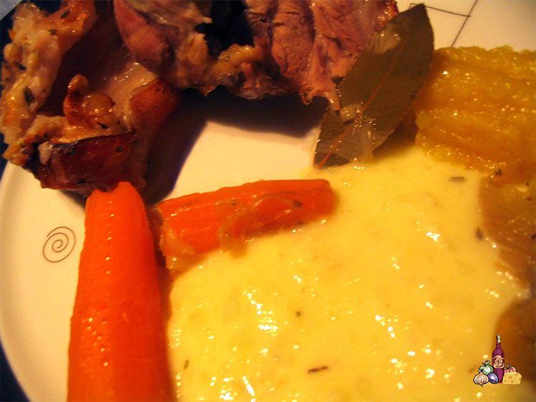 Codillo al horno con verduras y acompañado de puré de manzanas y de patatas