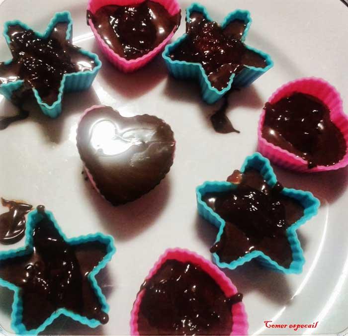 Relleno de los moldes para hacer bombones de chocolate sin lactosa