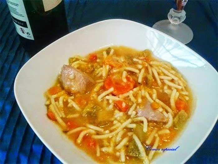 Sopa de fideos con carne y verdura