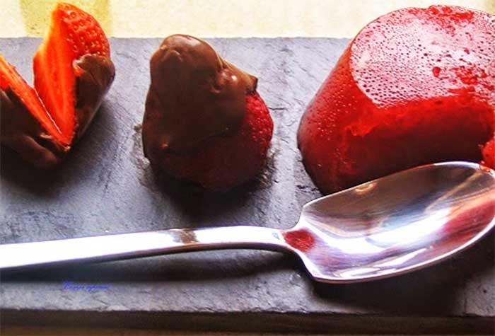 Gelatina natural de fresas acompañadas de fresas con chocolate