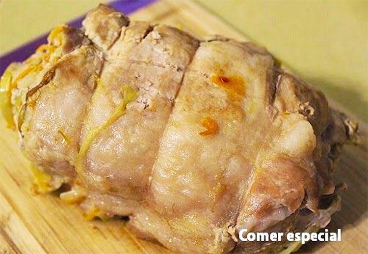 Lomo de cerdo en salsa relleno de bacón, zanahoria y melocotón