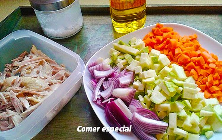 Ingredientes: restos de gallina para dos personas (unos 200 gramos), 1 cebolla, 1 calabacín, 1 zanahoria, sal, orégano, ajo en polvo, aceite de oliva, agua y 200 gramos de espaguetis.