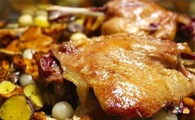 Sabroso y fácil confit de pato con verduras y salsa de frutos del bosque