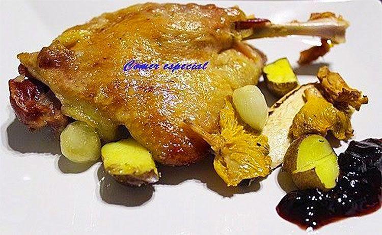 Confit de pato con verduras y salsa de frutos del bosque