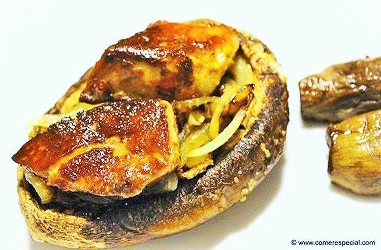 Champiñones portobello al horno con foie y cebolla caramelizada