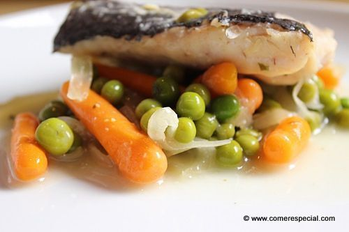 Receta sencilla de merluza con verduras al vino blanco