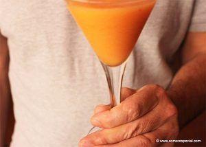 Zumo crudivegano de zanahoria, melón y tomate