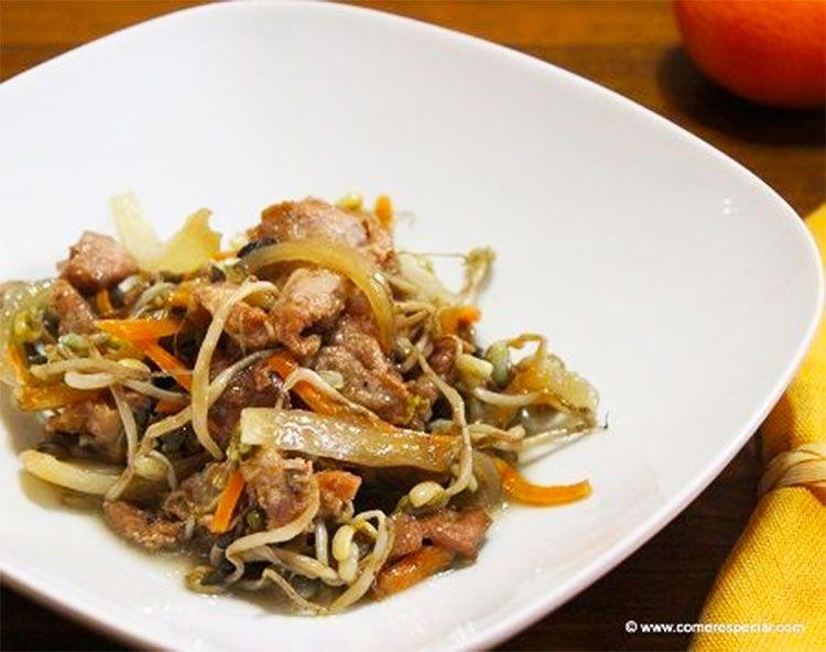 Cerdo con brotes de soja, zanahoria y cebolla