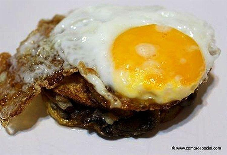 Huevos fritos con patatas y champiñones