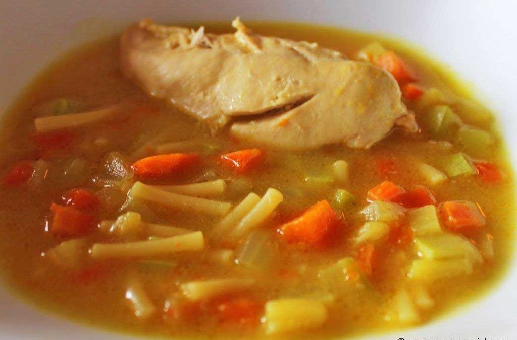Receta casera de sopa de fideos con pollo