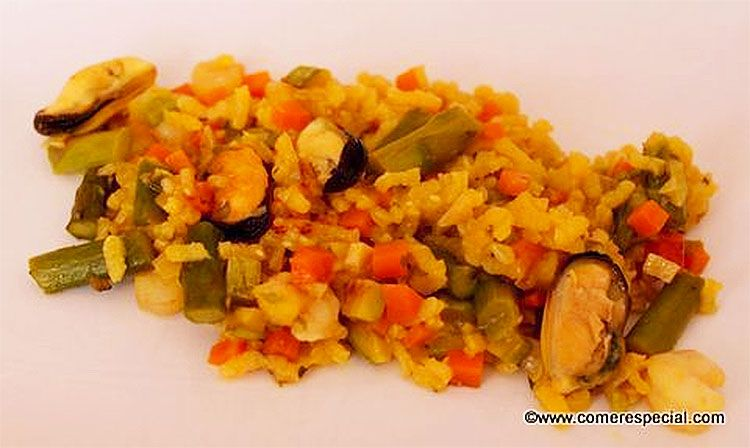 Delicioso arroz amarillo con verduras, mejillones y gambas