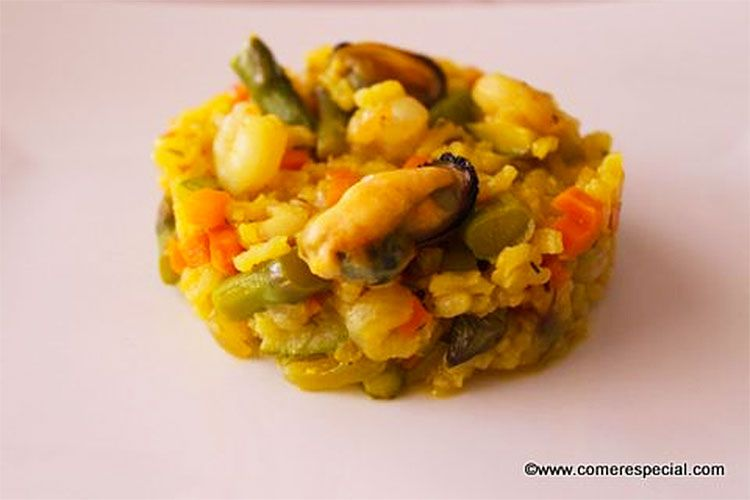 Arroz amarillo con verduras, mejillones y gambas