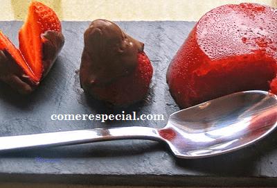 Receta fácil de fresas bañadas de chocolate y gelatina natural de fresas