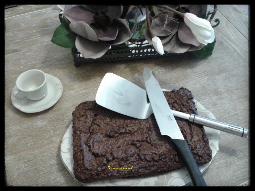 Receta deliciosa de brownie clásico de chocolate con nueces y sin lactosa