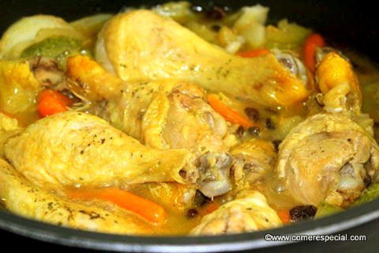 Delicioso pollo en salsa con pasas