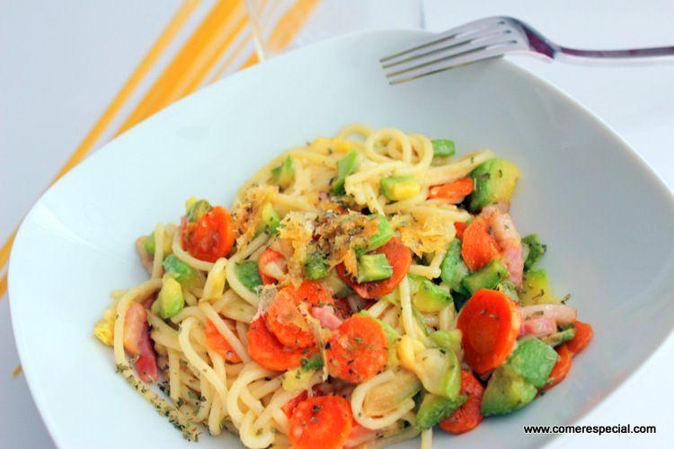 Espaguetis con verduras y queso, receta fácil