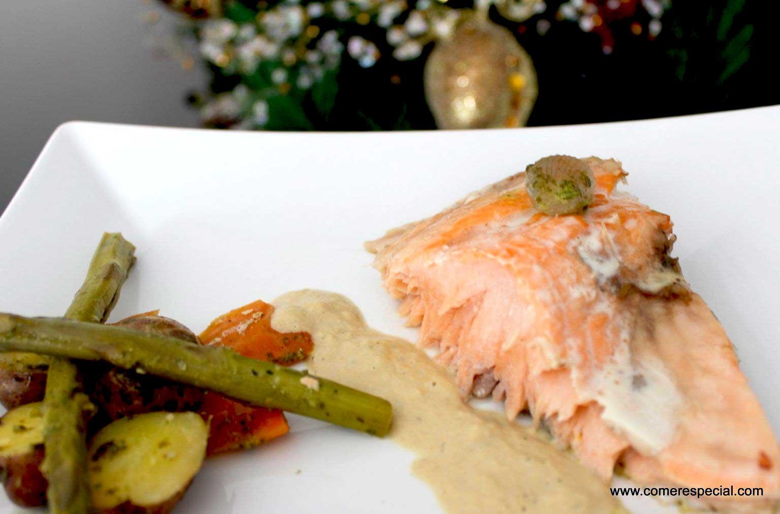 Salmón al horno con verduras y salsa de puerros