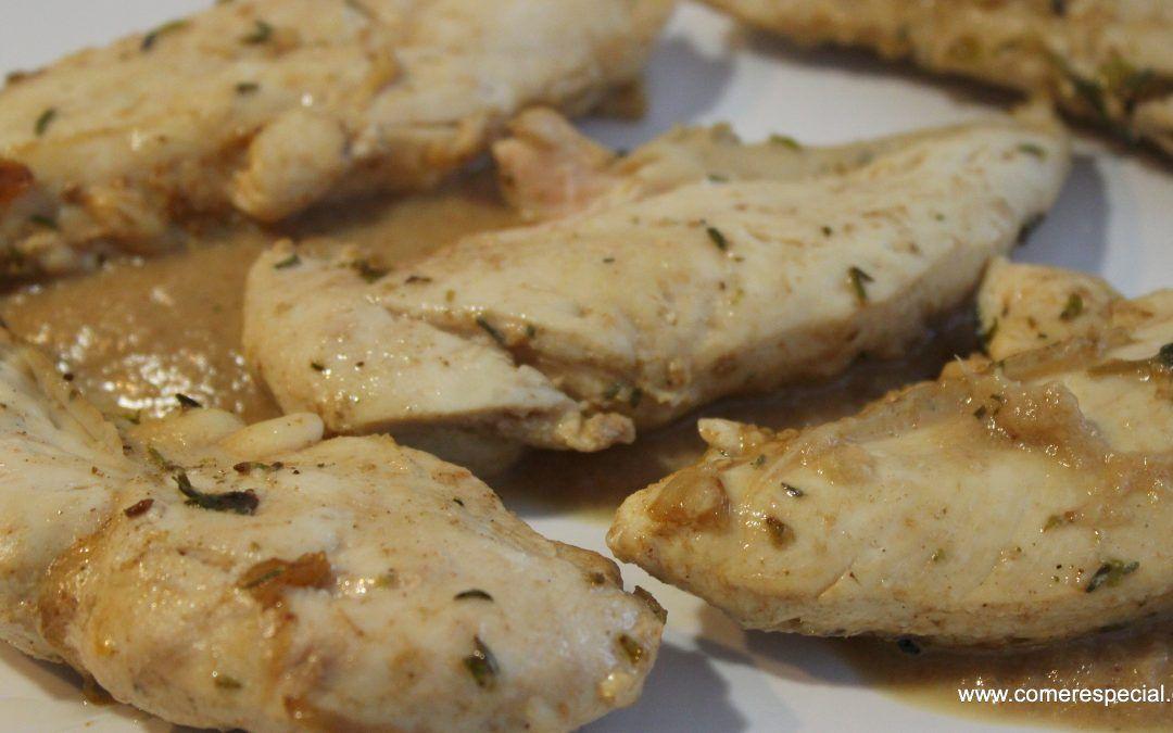 Solomillos de pollo en salsa de cebolla y pasas