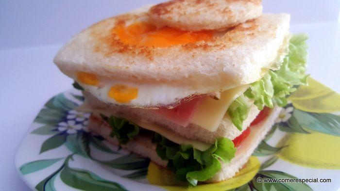 Sándwich club americano con huevo y atún