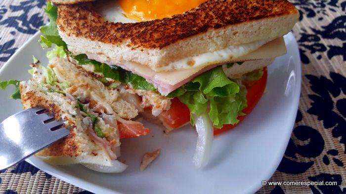 Sándwich club con huevo